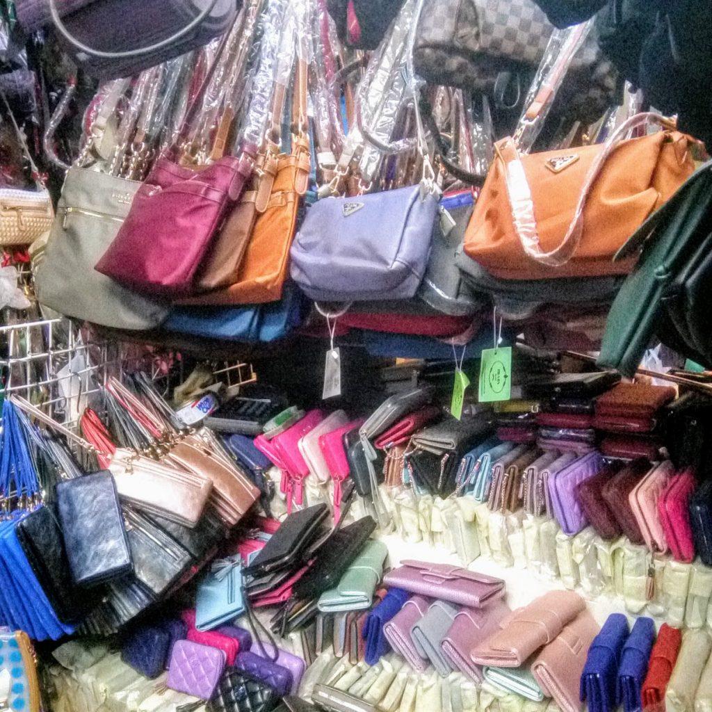 偽物ブランド品バッグと財布