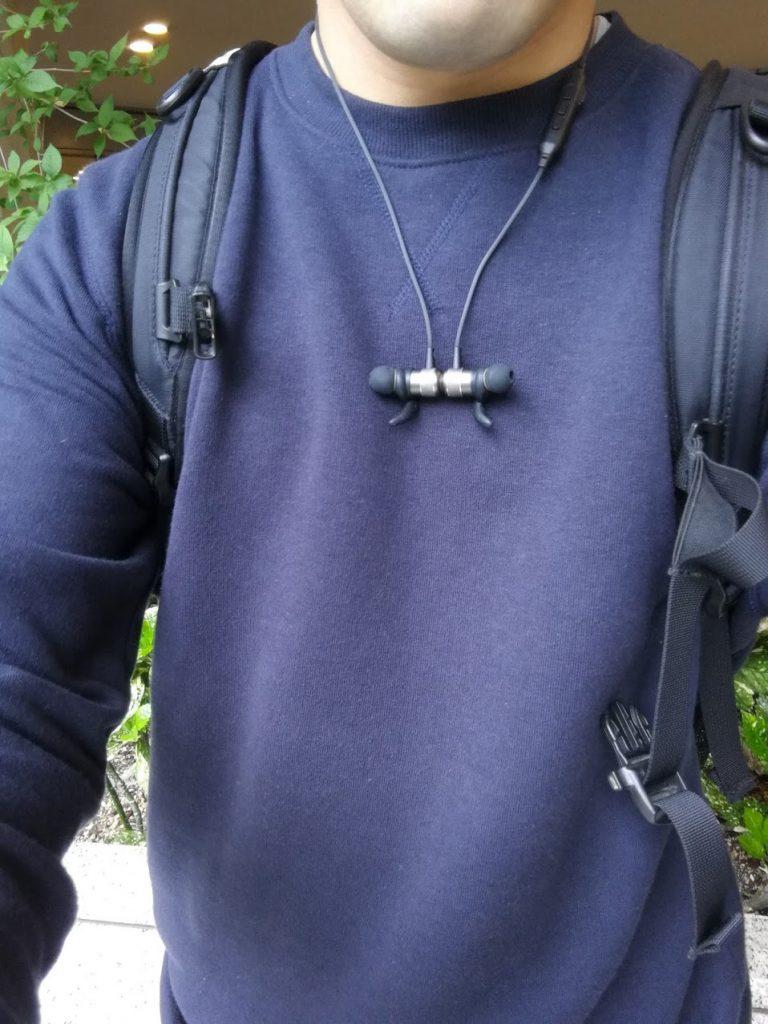 AUKEY BluetoothイヤホンEP-E1を首につけたとき