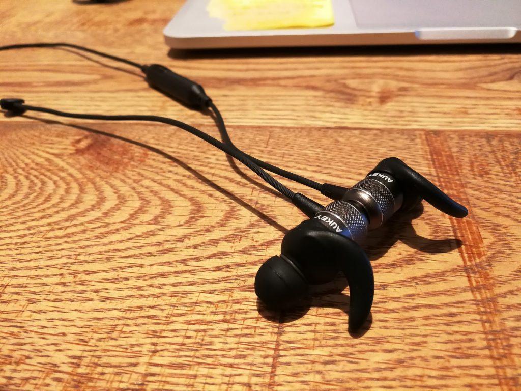 AUKEY BluetoothイヤホンEP-E1の磁石でくっつくレビュー