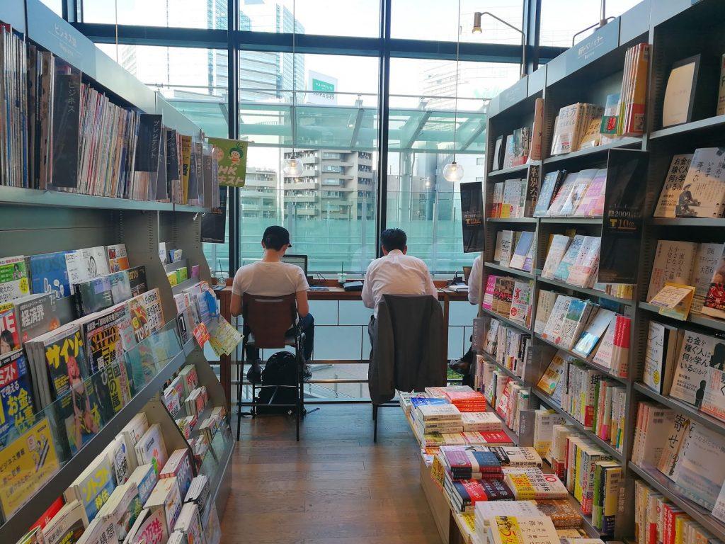 スターバックスTSUTAYA大崎駅前店の2階店内奥カウンター席