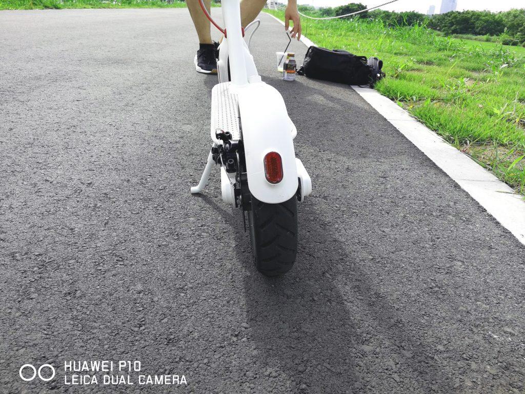 シャオミの電動スクーターm365の後ろのタイヤはテールランプつき