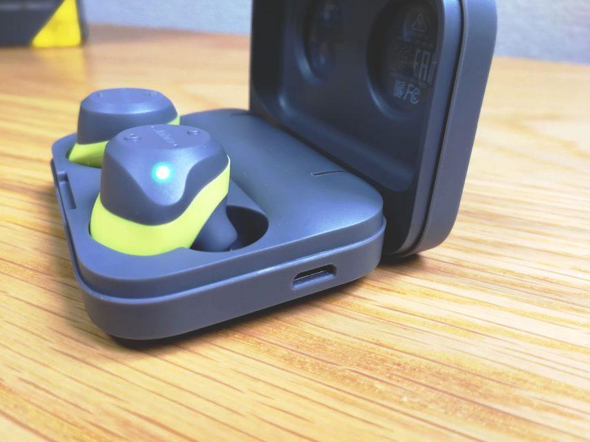 「Jabra Elite Sports」の本体と携帯充電ケース