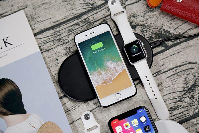 iPhoneとAppleWatchを同時充電可能なAirPower風のQi対応ワイヤレス充電パッドFunximの頭上からの写真