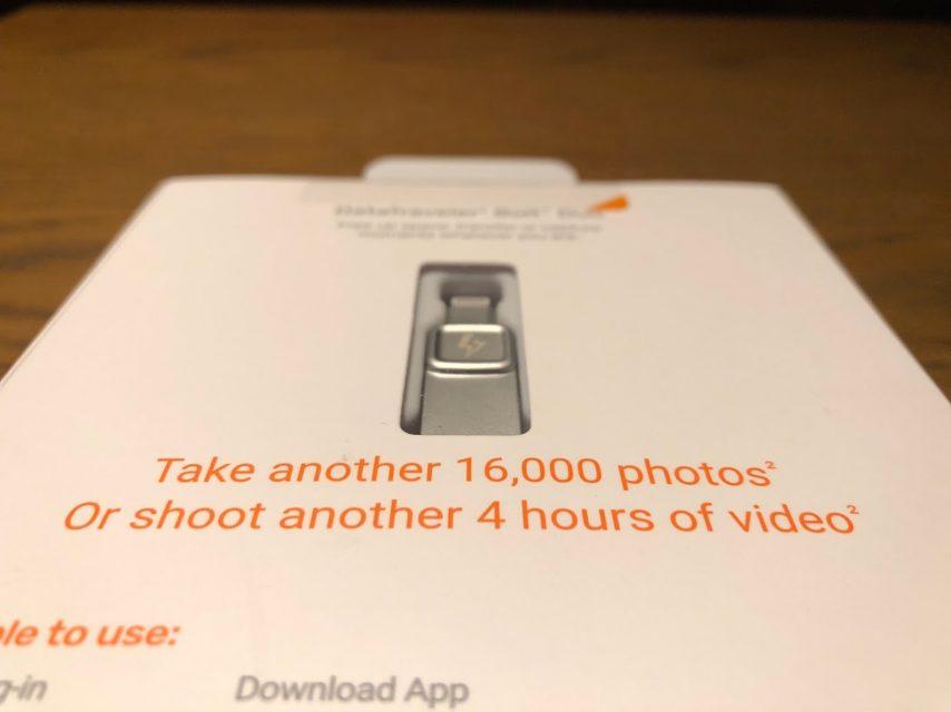 iphoneの容量を増やせるkingstonのDataTraveler Bolt Duoの化粧箱の裏側を手持ち