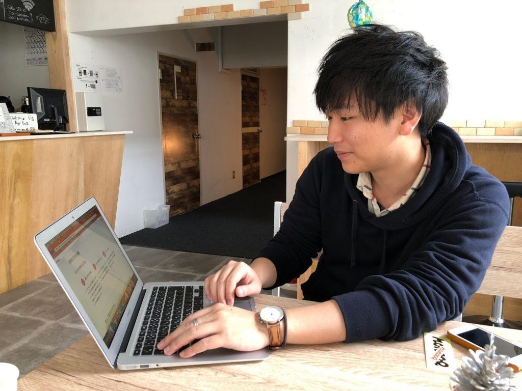 個人間のモノ置きシェアサービス「モノオク(MonooQ)」の阿部祐一社長のインタビューの様子