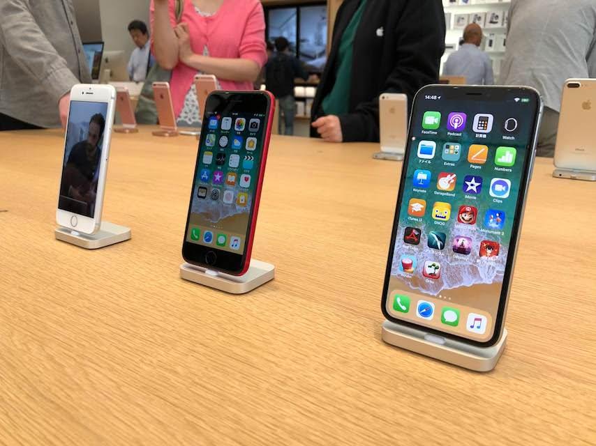 appleストア新宿のiPhone8plus_productredとiphoneXの前面ディスプレイ