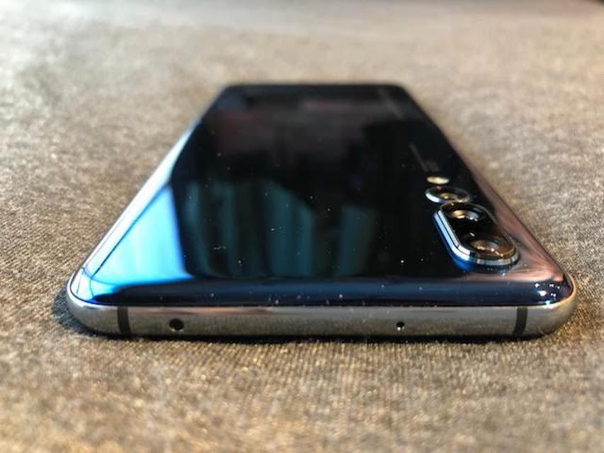 huawei_p20_Midnight Blueの背面デザインとleicaトリプルカメラ