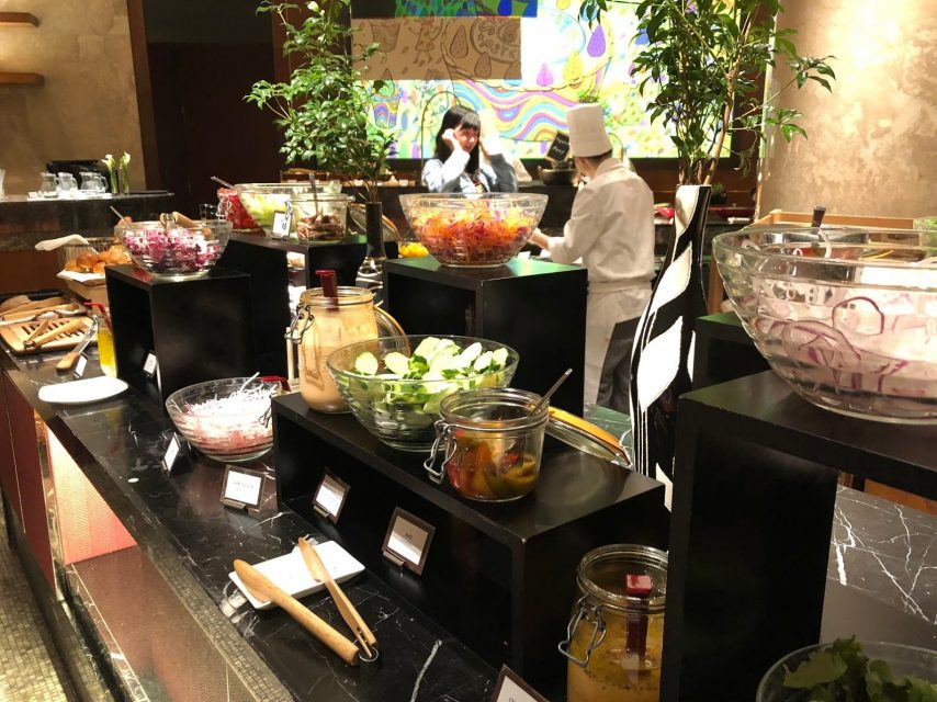 ヒルトン東京マーブルラウンジでデザート&ディナーいちごブッフェのディナーサラダ