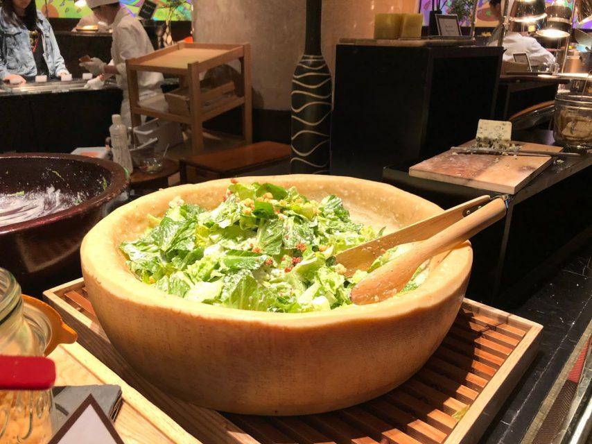 ヒルトン東京マーブルラウンジでデザート&ディナーいちごブッフェのチーズ容器シーザーサラダ