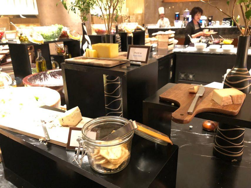 ヒルトン東京マーブルラウンジでデザート&ディナーいちごブッフェの青カビチーズ