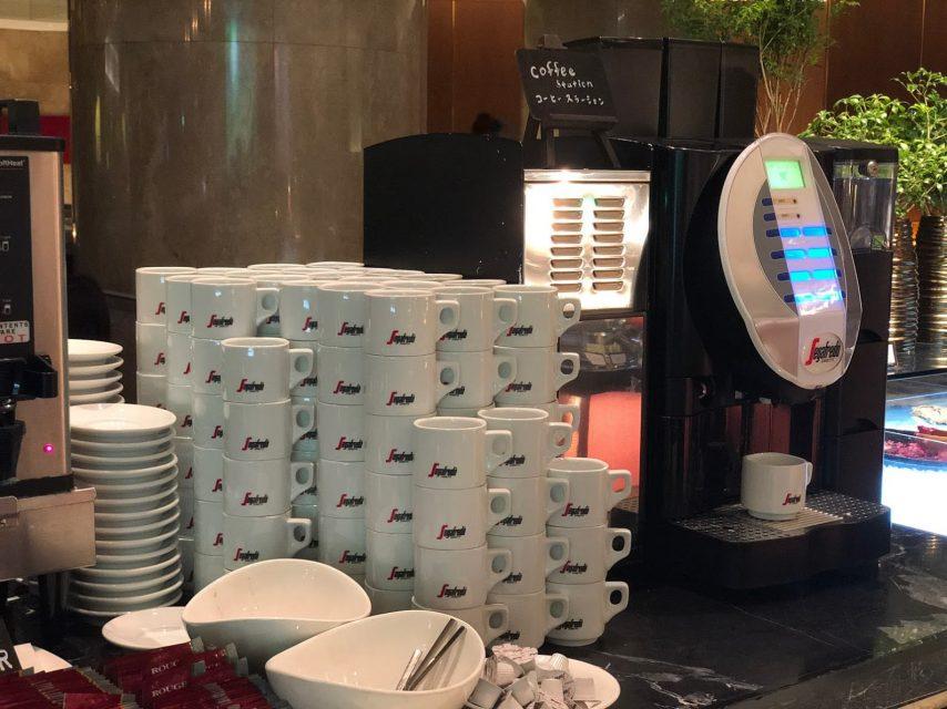 ヒルトン東京マーブルラウンジでデザート&ディナーいちごブッフェのストロベリー・サイケデリック 60sのコーヒーなどのカフェドリンク