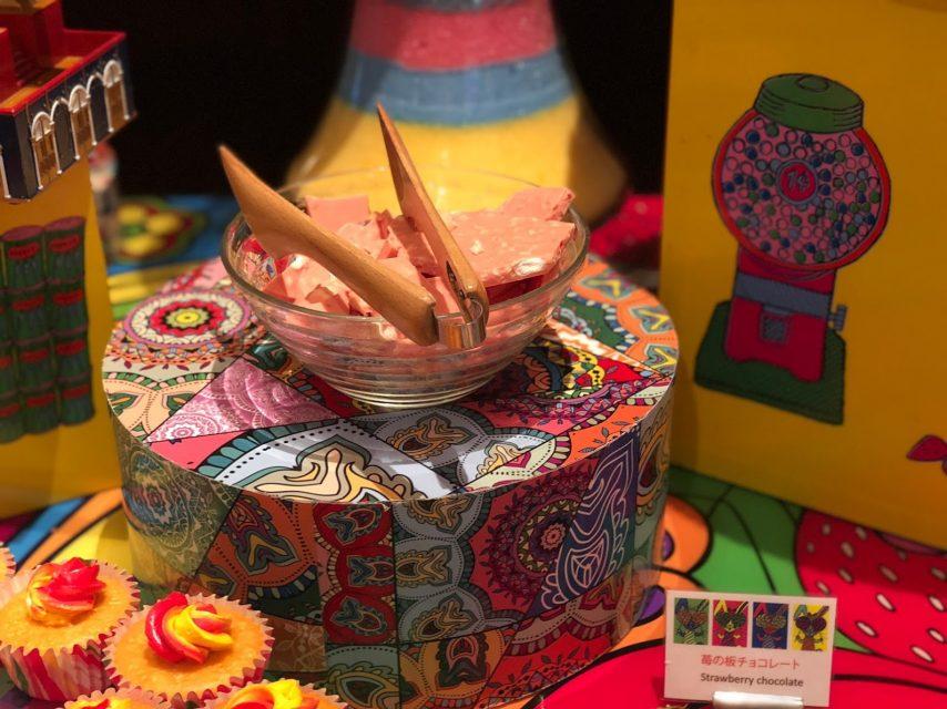 ヒルトン東京マーブルラウンジでデザート&ディナーいちごブッフェのストロベリー・サイケデリック 60sのいちご板チョコ