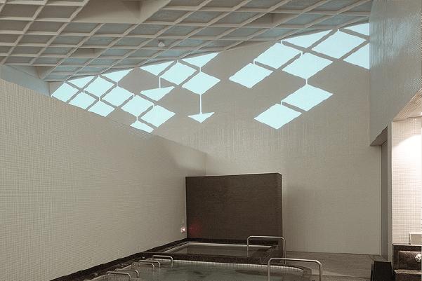 露天風呂ありの東京のオシャレ銭湯天然温泉久松湯の浴室プロジェクションマッピング