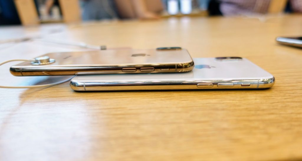 iPhone_xsのゴールドモデルとiPhone_xのホワイトモデルを側面比較