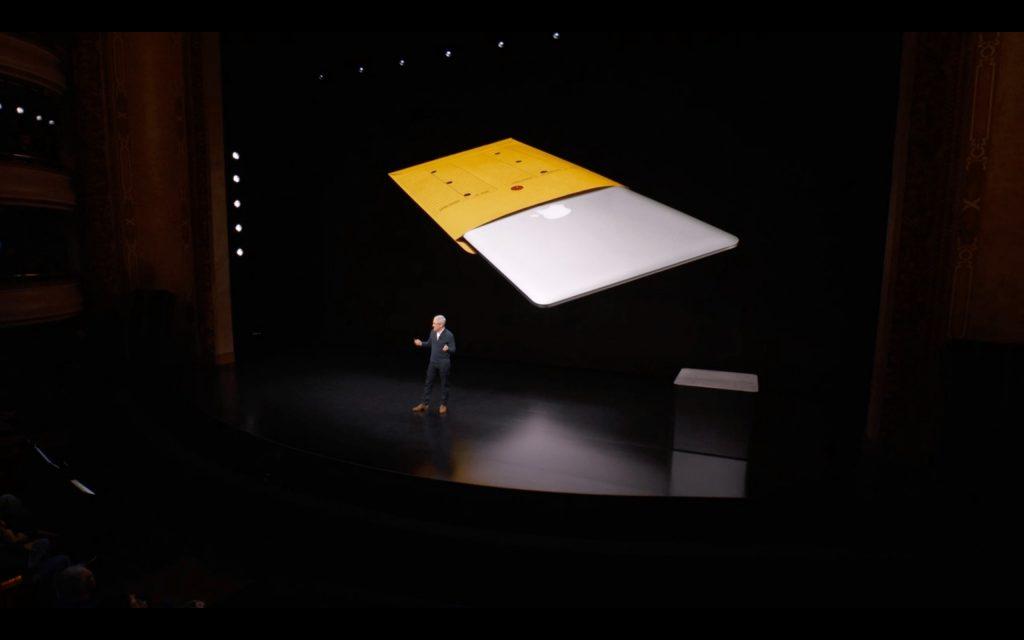 黄色い茶封筒から出てくる旧macbookairの前で話すtimcook