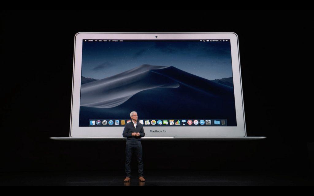 macbookair2011を背景に話すティムクック