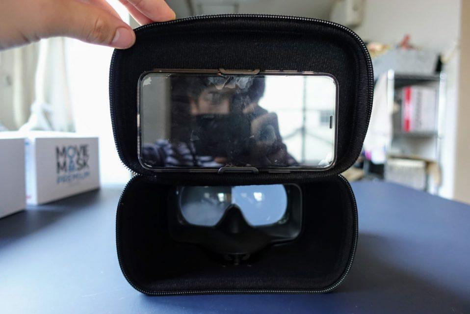 moviemaskの内部のスマートフォンを引っ掛けている様子