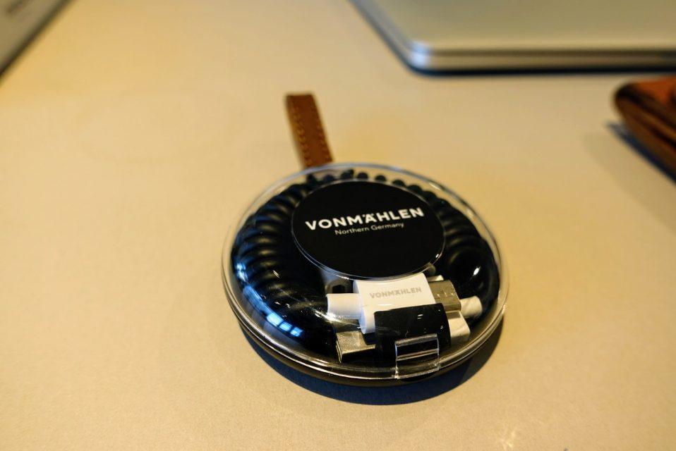 allroundオールインワン充電ケーブルブラックを閉じて白い机の上に置かれている