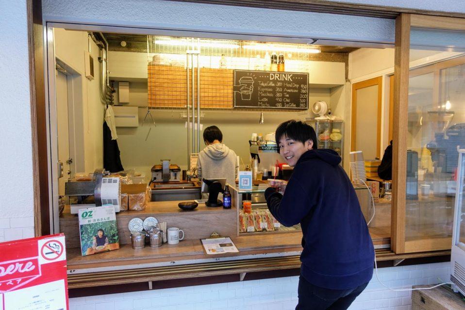 ampereカフェの注文口にいるモノオク阿部社長