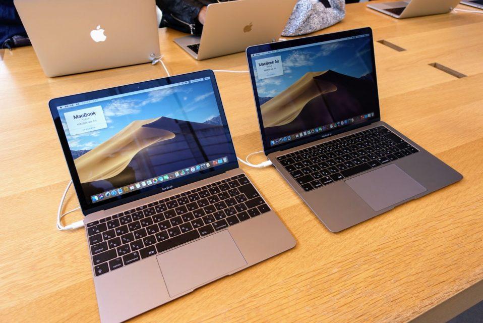 左が12インチMacbook、右が13.3インチMacbook Airのスペースグレイが並んでいる様子