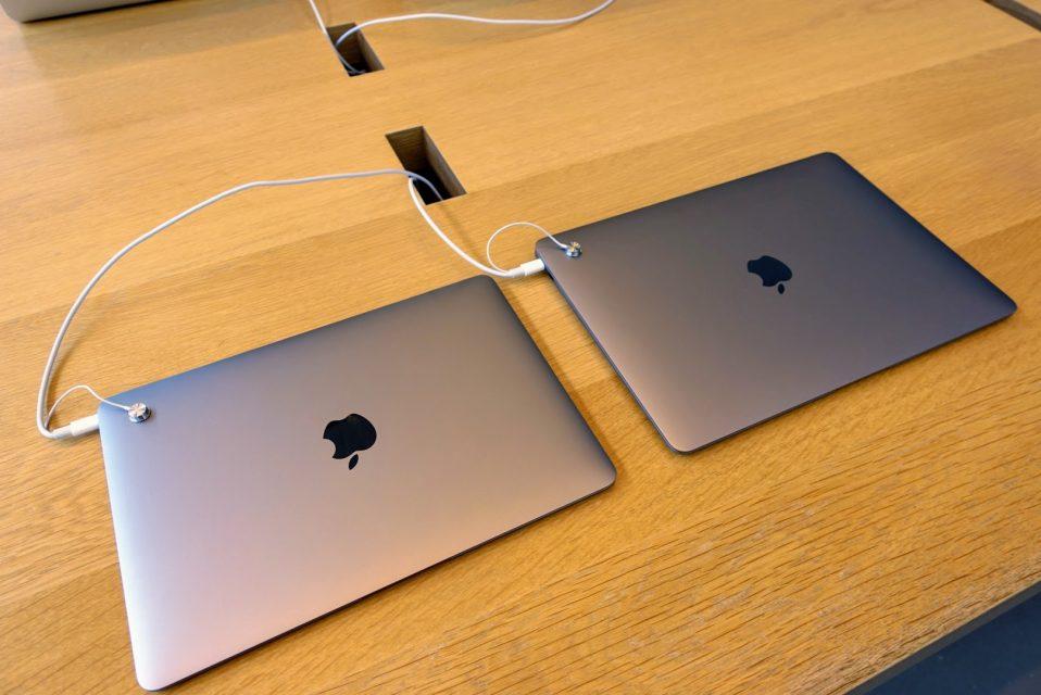 左が12インチMacbook、右が13.3インチMacbook Airが閉じている様子