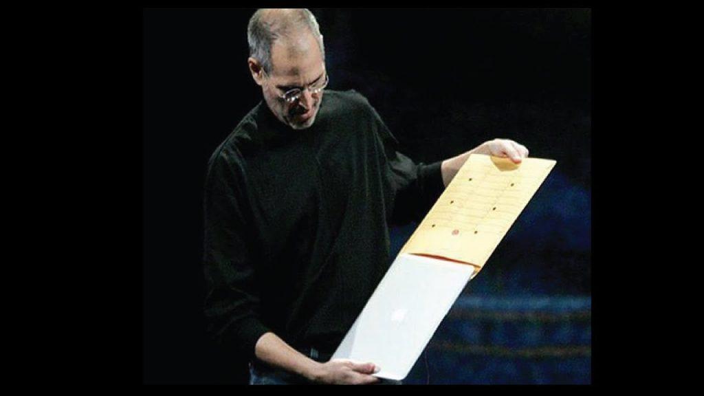macbookairを封筒から出すジョブズ