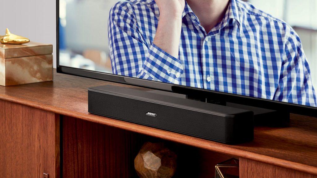 Bose Solo 5 TV sound system ワイヤレスサウンドバーをテレビの前に置いている様子